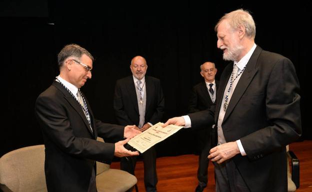 Juan Carmelo Gómez, presidente de la Academia, junto al académico Rafael García Molina