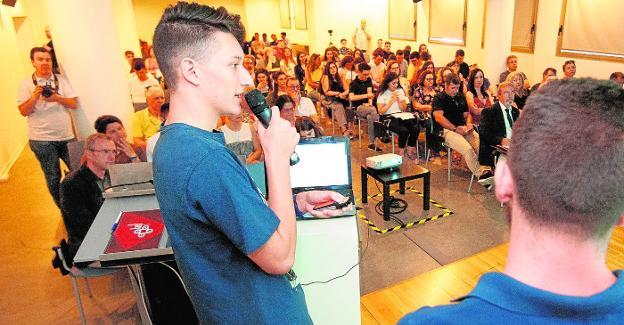 Estudiantes durante la presentación del proyecto IDIES