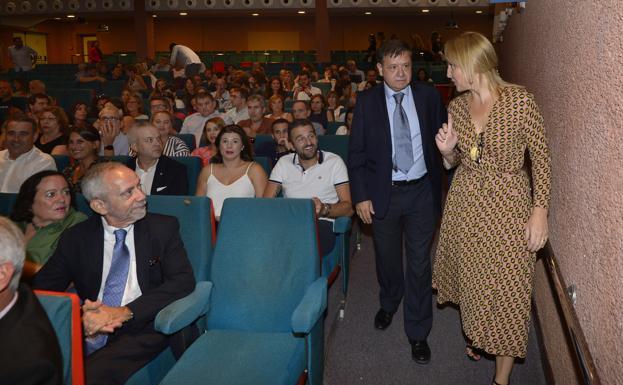 Pablo Ramírez, a entrada al paraninfo junto a Beatriz Domínguez Gil, directora general de la ONT.
